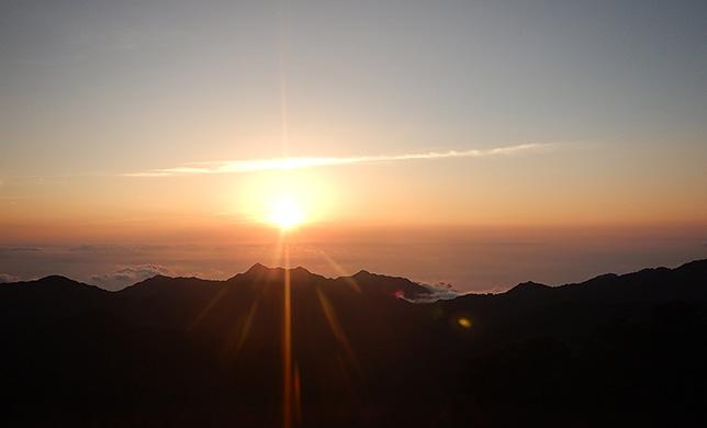 屋久島の森から眺める日の出