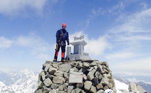 残雪の北アルプス3,190m峰でコーヒーを飲みにハイキング【奥穂高岳登頂】